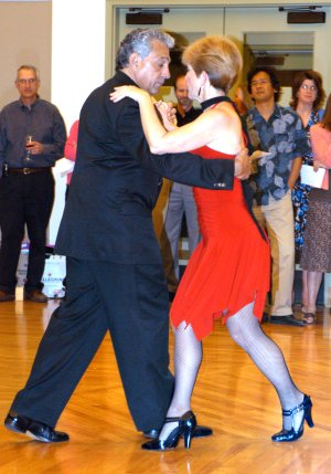 Sue Flanagan (Eléna) and Bernardo Lucero perform Argentinean tango